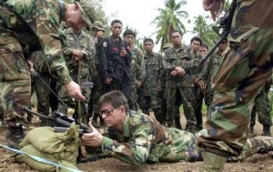 American special forces soldiers show Filipino army troopers techniques in firing their rifles durin..