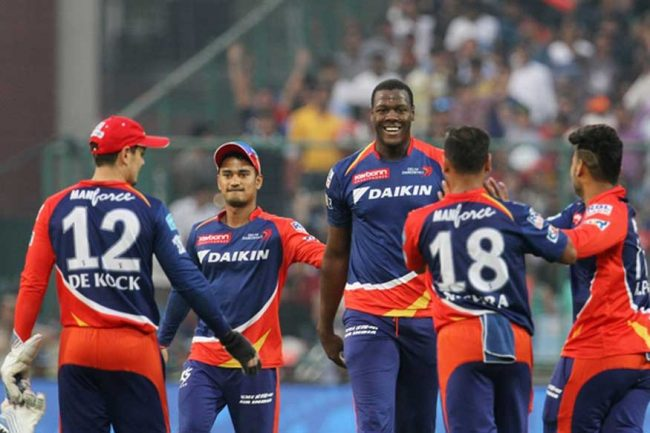 Carlos Brathwaite (centre) with his Delhi Daredevils teammates.