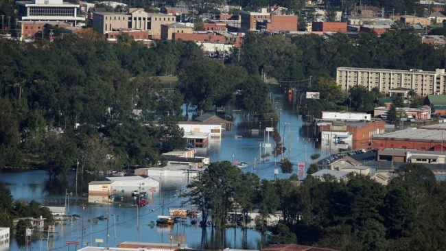 Heavy flooding has occurred in North Carolina after Hurricane Matthew dumped more than a foot (30cm) of rain into parts of the state.